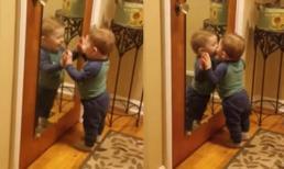'Cười té ghế' với bé trai tự hôn mình trong gương cực đáng yêu