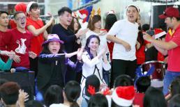 Sinh viên vây quanh hoa hậu Lê Thanh Thúy nghe chia sẻ kinh nghiệm lập nghiệp