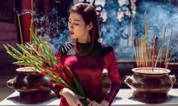 Á hậu Tú Anh duyên dáng diện áo dài lên chùa Thiên Hậu