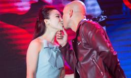 Ít thể hiện tình cảm chốn đông người, lần đầu Phan Đinh Tùng phá lệ hôn vợ đắm đuối