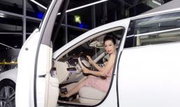Trịnh Kim Chi ngày càng gợi cảm, tự lái xế hộp sang chảnh đi sự kiện