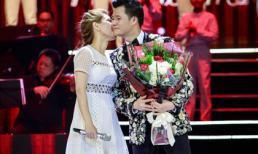 Quang Dũng ôm hôn Thanh Thảo liên tục trên sân khấu