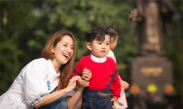 Khánh Thi và con trai đi thả chim phóng sinh ở hồ Hoàn Kiếm