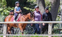 Bé Harper Beckham tự tin cưỡi ngựa dù mới 5 tuổi