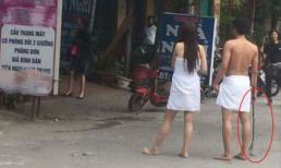 Sự thật hai nữ một nam quấn khăn, cầm phụ kiện 'người lớn' trước cửa nhà nghỉ gây xôn xao