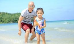 Phan Đinh Tùng vui đùa cùng con gái khi đi du lịch Phú Quốc