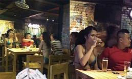 Sau khi ra tù, hot girl chuyển giới Trâm Anh mặc nóng bỏng ngồi uống bia với trai lạ?