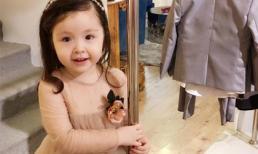 Cadie xinh xắn khi chơi đùa ở cửa hàng của mẹ