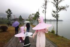 Xuất hiện mẫu áo mưa ô độc đáo