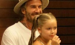Harper cột tóc 2 bên, diện váy dài thướt tha ngồi trong lòng bố