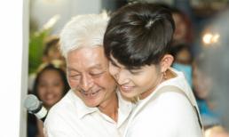 Bố Jun Phạm xúc động ôm con trai ngay trên sân khấu
