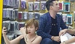 Khánh Phương nói gì về bức ảnh fan nữ gợi cảm do mải chụp hình với mình?