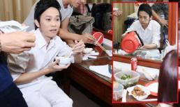 Hoài Linh ăn vội trong hậu trường, bữa cơm chỉ cá khô và mắm
