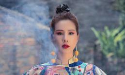 Hoa hậu Thu Hoài diện áo dài khoe dáng ở Phượng Hoàng cổ trấn