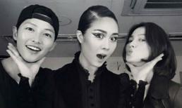 Song Joong Ki và Song Hye Kyo rạng rỡ bên nữ ca sĩ sẽ hát trong đám cưới của mình