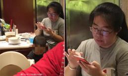 Bà mẹ gây bức xúc khi cho con tè ra bát ăn cơm trong nhà hàng