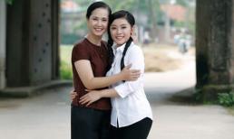 NSND Lan Hương bất ngờ hóa 'mẹ quê' dịu dàng của bộ đôi ca sĩ Sao Mai