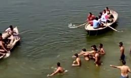 Hàng chục người cùng hai chiếc thuyền 'bất lực' nhìn người đàn ông bị chết đuối
