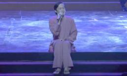 Hoài Linh ngồi bệt trên sâu khấu, khoe giọng hát 'ngọt như mía lùi'