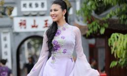 Hoa hậu Hoà bình Thế giới 2016 mặc áo dài khoe sắc giữa Hồ Gươm
