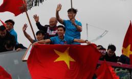 U23 Việt Nam diễu hành trên xe buýt mui trần về nội thành Hà Nội