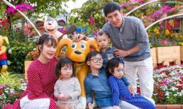 Gần hết Tết, gia đình Lý Hải rủ nhau ra đường hoa Nguyễn Huệ chụp hình