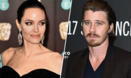 Angelina Jolie bị đồn có tình cảm với nam diễn viên sở hữu diện mạo giống Brad Pitt thời trẻ