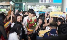 ''Nam thần'' Thái Lan Push Puttichai thân thiện vẫy chào fan Việt Nam