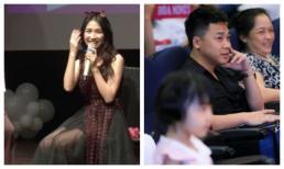 Bạn trai thiếu gia của Hòa Minzy chăm chú theo dõi người yêu trong buổi offline