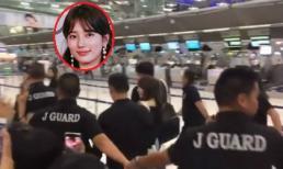 Giống Song Joong Ki, Suzy cũng được các vệ sĩ nắm tay thành vòng tròn bảo vệ khi rời khỏi Thái Lan