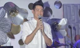 Phùng Ngọc Huy hát trong đêm nhạc quyên góp ủng hộ tình cũ Mai Phương