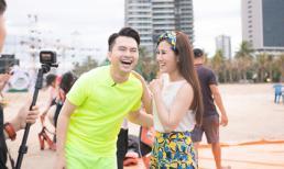 Nam Cường và Tố My phấn khích vừa bay dù lượn vừa hát trên không trung giữa biển Đà Nẵng
