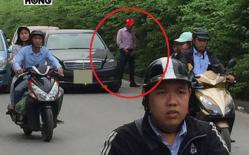 Người đàn ông đi xe Mercedes tấp vào ven đường 'giải quyết nỗi buồn' khiến người qua lại ngán ngẩm