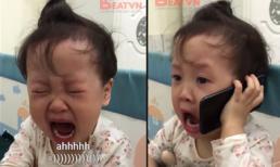 Bị bố trêu tức, bé gái gọi điện cầu cứu ông nội trong nước mắt