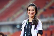 Nữ bác sỹ Thái Lan gây sốt với vẻ xinh xắn trên sân cỏ