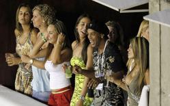Bị tịch thu ô tô, TV… huyền thoại Ronaldinho vẫn chơi bời thâu đêm