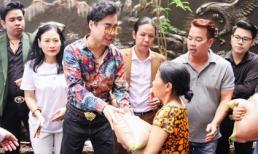 'Ông hoàng nhạc sến' Ngọc Sơn phát 10 tấn gạo cho người nghèo sau mưa bão