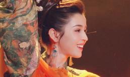 Vẻ đẹp mê đắm của mỹ nữ soán ngôi của Địch Nhiệt Lệ Ba chỉ sau 1 đêm