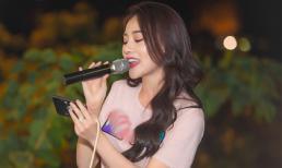 Phương Oanh rơm rớm nước mắt, khoe giọng hát trong buổi gặp fan