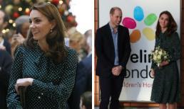 Công nương Kate Middleton chọn đầm xanh chấm bi cực hợp với không khí đón Giáng sinh về