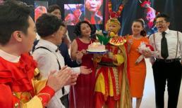 'Bà mai' Cát Tường được đồng nghiệp mừng sinh nhật cực hoành tráng tại trường quay