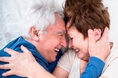 Chuyên gia khuyến khích người cao tuổi làm 'chuyện ấy' để cải thiện sức khỏe