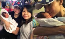 Quý tử thứ 3 tròn 1 tháng tuổi của Trương Bá Chi lộ diện, được mẹ tay bồng tay bế cho uống sữa