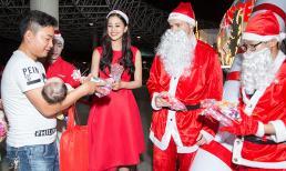 """Hóa """"công chúa Noel"""", Hoa hậu Tiểu Vy và Á hậu Thúy An trao quà Giáng sinh cho trẻ em có hoàn cảnh khó khăn thành phố"""