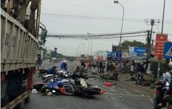 Khoảnh khắc xe container gây tai nạn kinh hoàng ở Long An