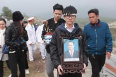 Đông đảo nghệ sĩ khóc nghẹn đưa tro cốt NSND Anh Tú về quê ở Hòa Bình