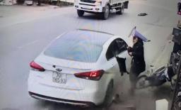 'Xe điên' lao lên vỉa hè ở Nam Định, người phụ nữ thoát chết trong gang tấc