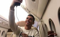 """Chụp ảnh """"tự sướng"""" trên máy bay, Ronaldo nhận nhiều chỉ trích"""