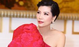 Cựu siêu mẫu Vũ Cẩm Nhung 'bấp chấp' diện áo ren mỏng giữa ngày đông