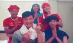 Cười nghiêng ngả xem dàn cầu thủ tuyển Việt Nam nhái tiếng Thái Lan chào người hâm mộ